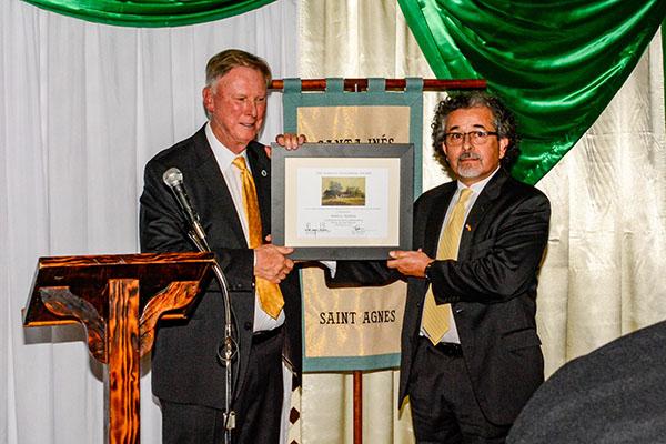 2016 Norman Neuerburg award recipient Dr. Ruben Mendoza with outgoing CMF Chair Milford Wayne Donaldson